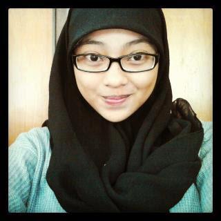 Foto Cewek Cantik Berjilbab Berkacamata