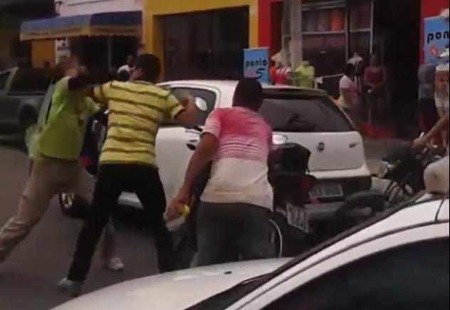 Homens trocam socos no meio do trânsito em Aracaju