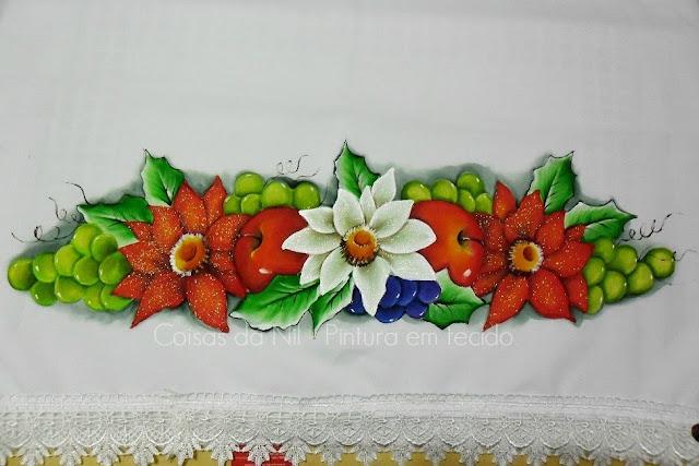 toalha de mesa com pintura natalina de flores bico de papagaio e uvas verde