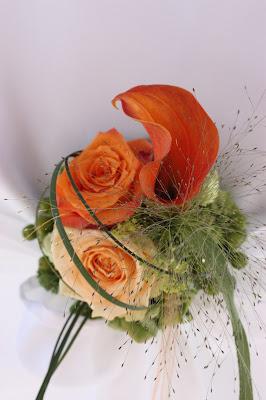 Stuhlsträußen in Orange - Hochzeit mit Reisemotto in Orange, Pfirsich, Apricot - Niederlande meets Russland in Garmisch-Partenkirchen, Riessersee Hotel, Bayern - Travel themed wedding orange colour scheme