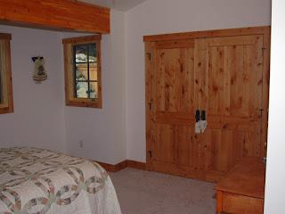 Tủ làm bằng gỗ ghép Thông