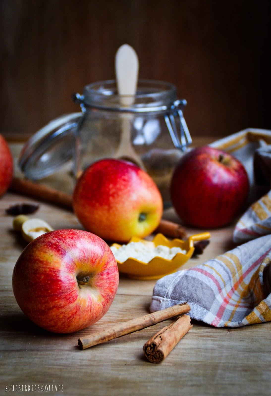 Ingredientes galletas caseras coco y manzana, manzanas rojas, ramas canela, trapo de cocina, fondo de madera vieja