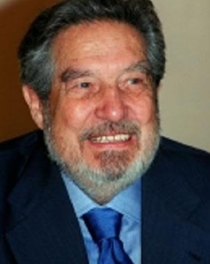 Foto de Octavio Paz con barba y sonriendo