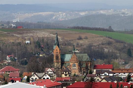 Zbliżenie na Kościół parafialny pw. św. Andrzeja w Ciężkowicach