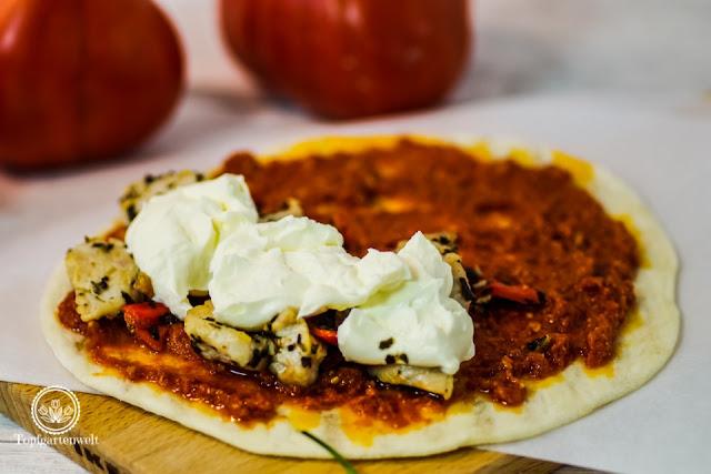 Piadine als Streetfood Fülle Pesto Rosso Hähnchen - Foodblog Topfgartenwelt