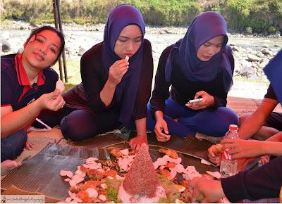 Nikmatnya makan siang dengan nasi tumpeng urap komplit khas Pur Asri Hotel. (Dok.pri)