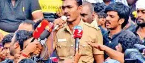 மெரினா போராட்டத்தில் மக்கள் மனதை கவர்ந்த காவலரின் அடுத்த அதிரடி
