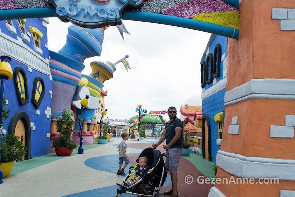 Çocuk dünyası oyun alanında oğulları ile dolaşan babası, Vialand İstanbul