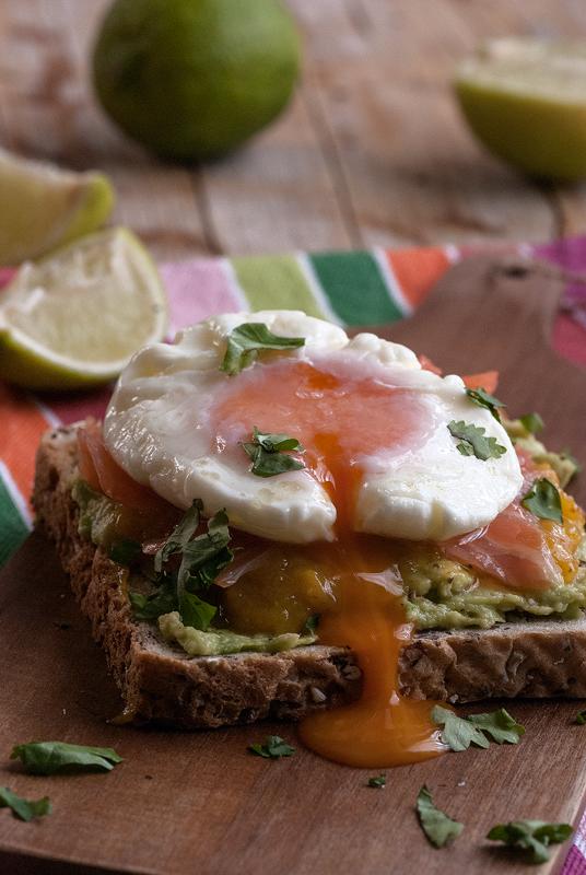 huevo-escalfado-sobre-tosta-con-aguacate-mango-especiado-y-salmon