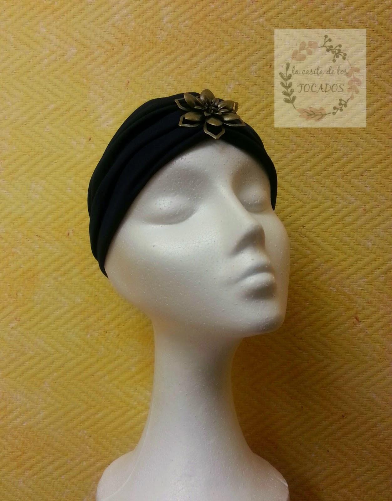 turbante para boda, sencillo en color azul marino con aplicación de latón con forma de flor, discreto y artesanal