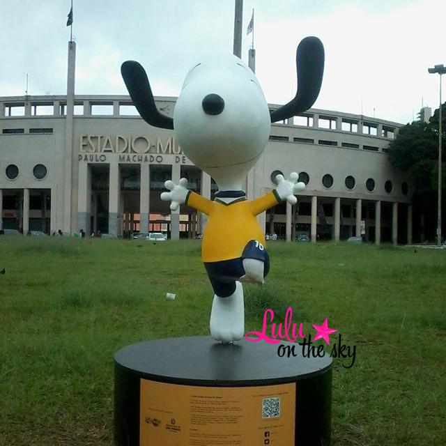 Snoopy Torcendo pelo Brasil em frente ao Estádio do Pacaembu