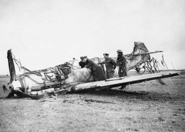25 October 1940 worldwartwo.filminspector.com Bf 109E-4 crash-landing