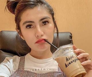 Angela Lee Minum Kopi