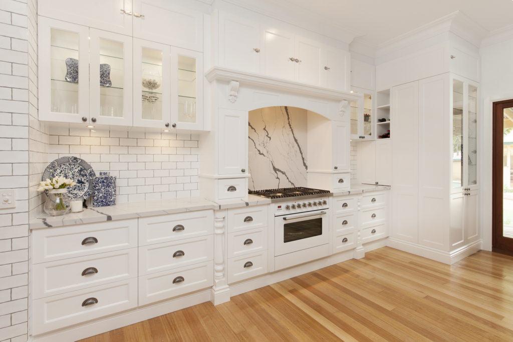 Glamour coastal living for Hamptons style kitchen splashback