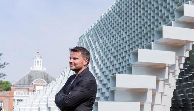 """تصميم مبنى بافيليون أشبه بـ"""" سحاب بنطال مفتوح """" بأكثر من 1000 صندوق زجاجي!"""