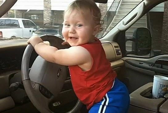 Anak kecil menyetir mobil gambar gratis