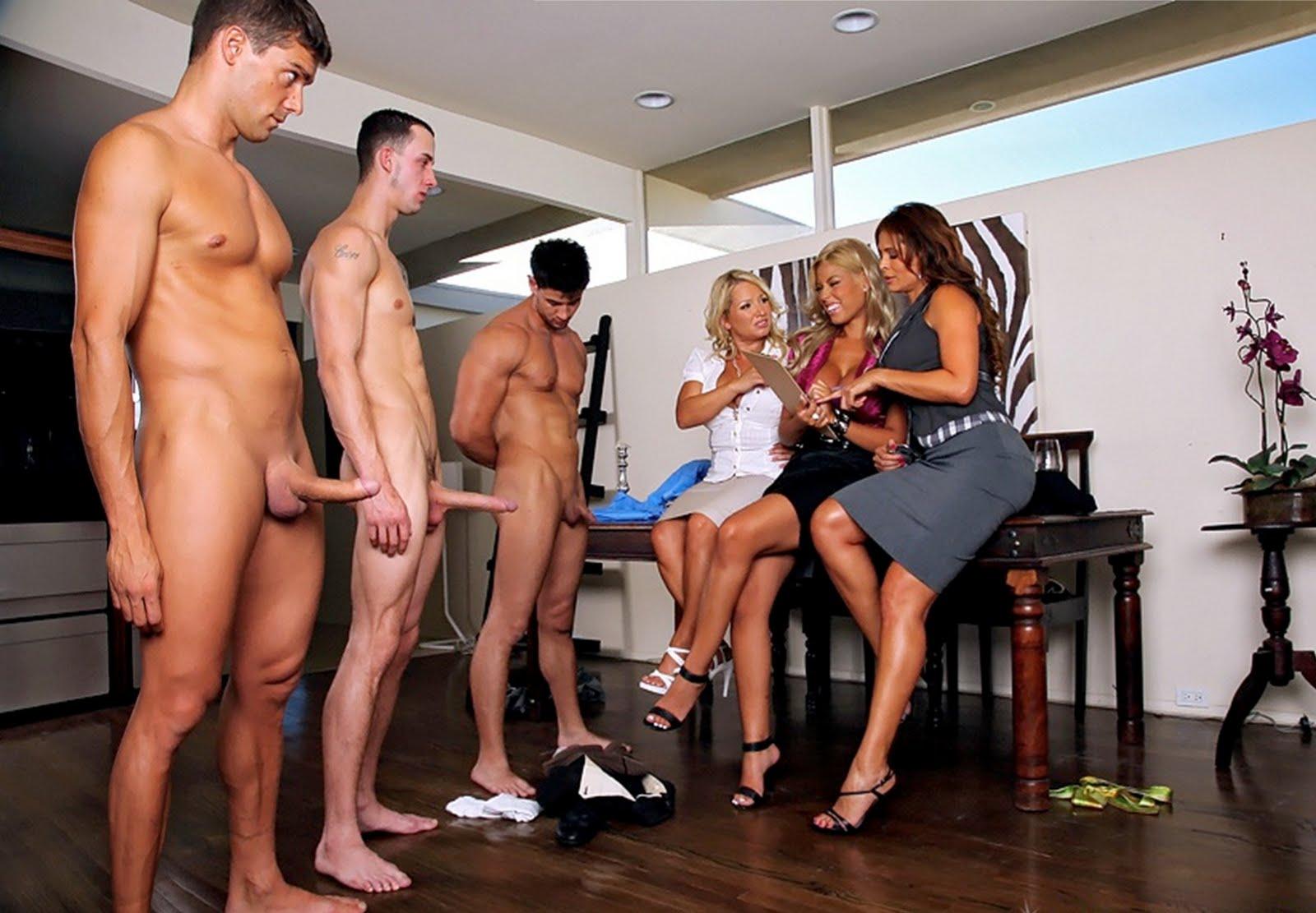 девушки рассматривают голого парня