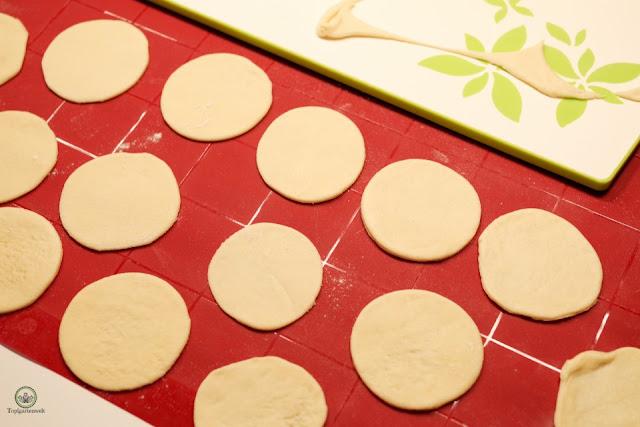 Teigkreise für die Herstellung von Innviertler Grammelknödel - Foodblog Topfgartenwelt