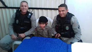 Menino de São Vicente do Seridó pede festa de aniversário fardado como policial militar