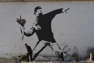 花を投げる人、バンクシー photo by Wall in Palestine