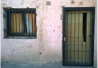 Alrededor de las 20 del miércoles cuando un disparo se escuchó en Villa Morrone, Chimbas. Un joven, de apellido Herrera (20), murió luego de recibir un disparo en la nuca por parte de ex policía. Después de varios allanamientos lograron dar con presunto autor del hecho. Se trata de un  hombre de unos 40 años, quien fue cesanteado de la Fuerza Policial hace algunos años atrás. Desde la Comisaría informaron a sanjuan8.com que una de las hipótesis que manejan es el intento de robo de Herrera hacia el agresor, de todos modos no descartan que el hecho  haya sido generado por otra situación. El joven fallecido era oriundo de la zona mientras que el ex policía no vivía en el lugar y pasaba circunstancialmente por la zona. Aún realizan allanamientos y la causa está en el titular del Cuarto Juzgado de Instrucción.