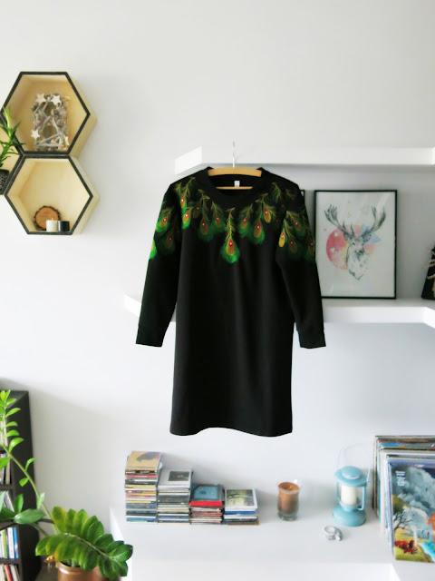 Czarna sukienka z pawimi piórami, ciepły kardigan oraz szara bluzeczka od DressLily.