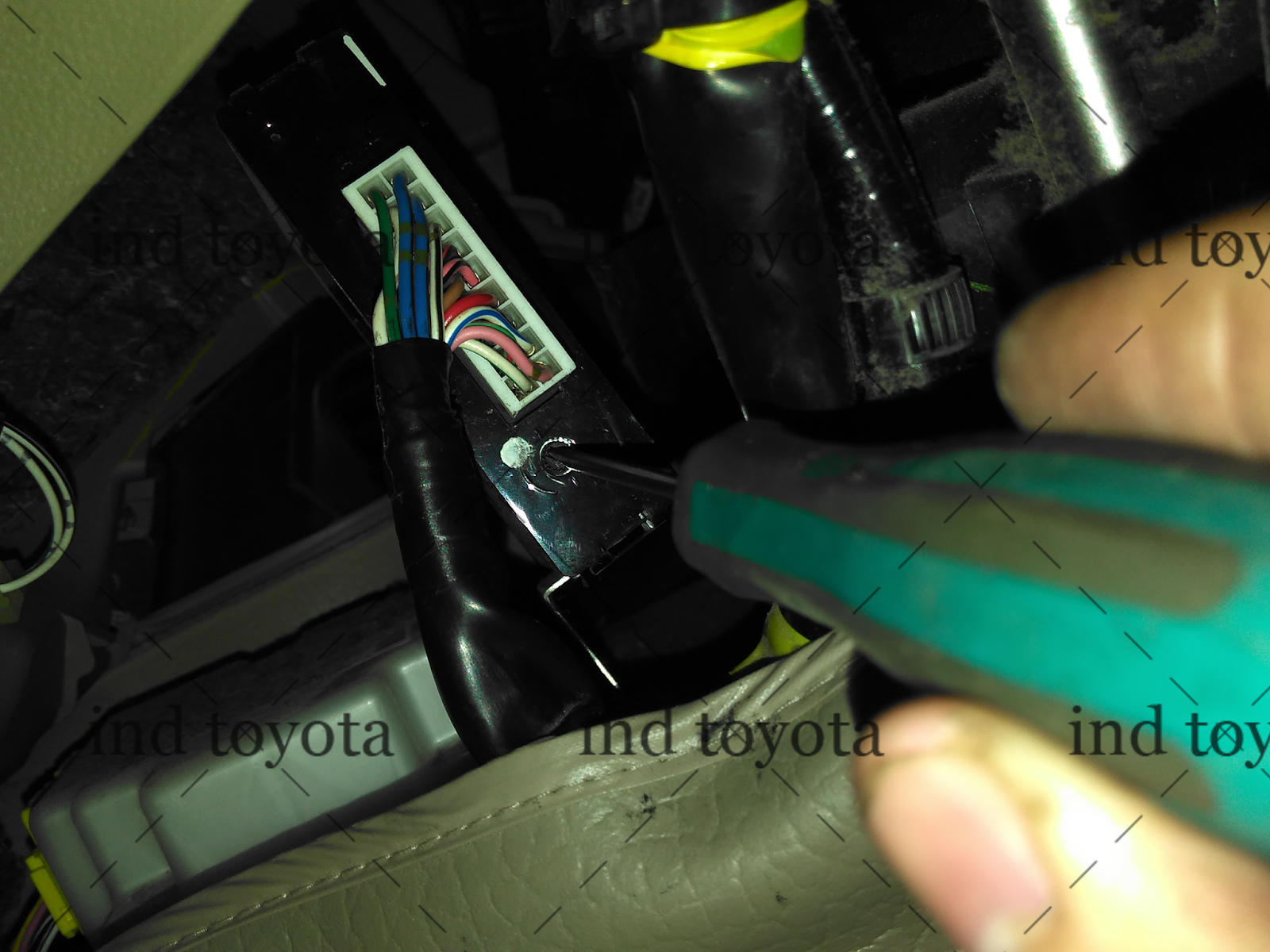 Cara Setting Alarm Grand New Avanza All Kijang Innova 2.0 G Menyetel Sensitifitas Kendaraan Mobil Toyota Dari Buka Yang Warna Hitam Congkel Bagian Dalam Ditengah Klip Dan Untuk Coklat Anda Cukup Tekan Tengah Agar Masuk Kedalam Lalu