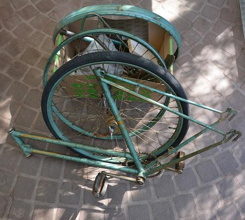 Das Damenrad als Baukasten, alles zerlegt und zur Instandsetzung vorbereitet
