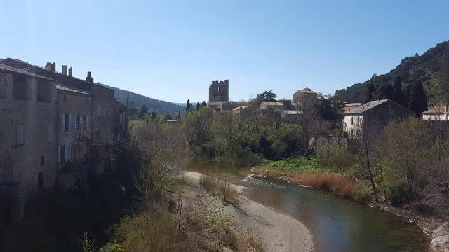 pueblo, río y abadia lagrasse