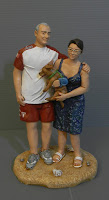 statuine personalizzate marito e moglie cagnolino in braccio lombardia orme magiche