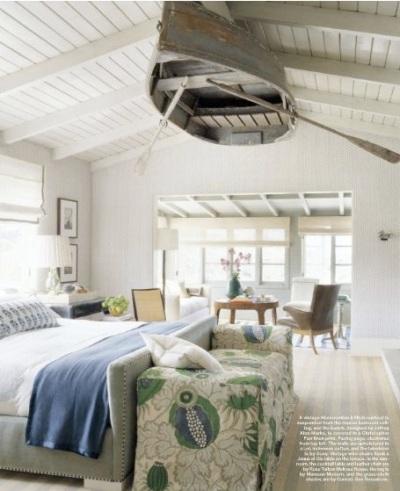 Gantung perahu kayu bekas di atas langit-langit kamar untuk menciptakan kamar bernuansa kelautan.