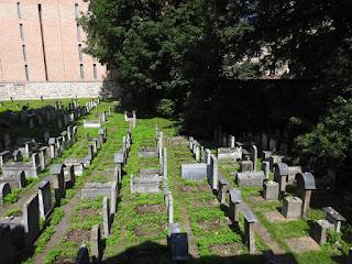 """בית קברות ליד ביה""""כ הרמ""""א"""