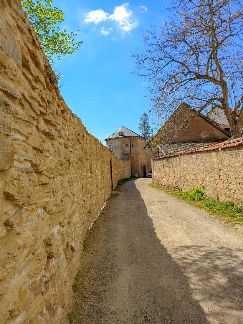 Nowe miasto nad Metują zamek, średniowieczne mury Czechy