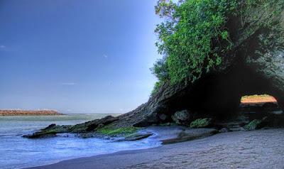 Indahnya Pantai Karang Bolong Andalan Kebumen