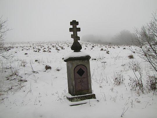 Kapliczka z krzyżem we wsi Długie.