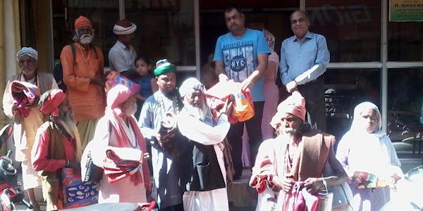 कड़कड़ाती ठंड से राहत दिलाने के लिए मालवा जैन महासंघ एवं रोटरी क्लब द्वारा जरूरतमंदों को वितरित किए गए कंबल