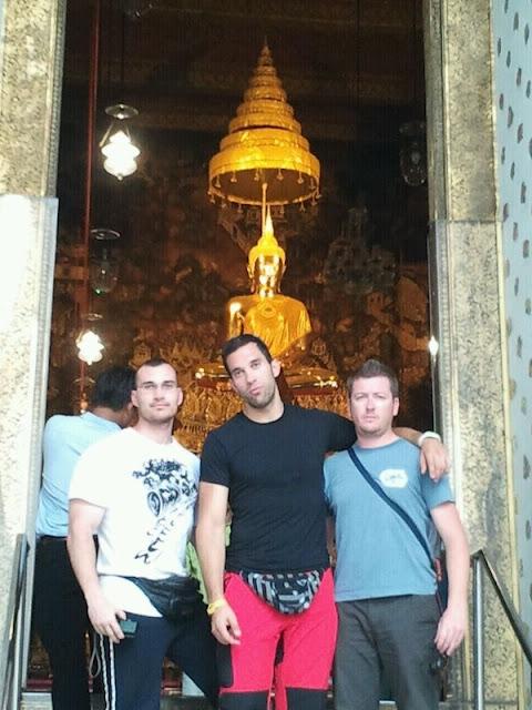 Mike, Antonio e Isra en las puertas del templo