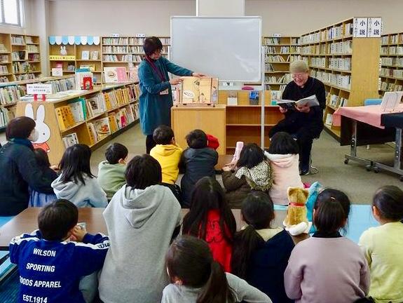 子供もたくさん図書館に来ています
