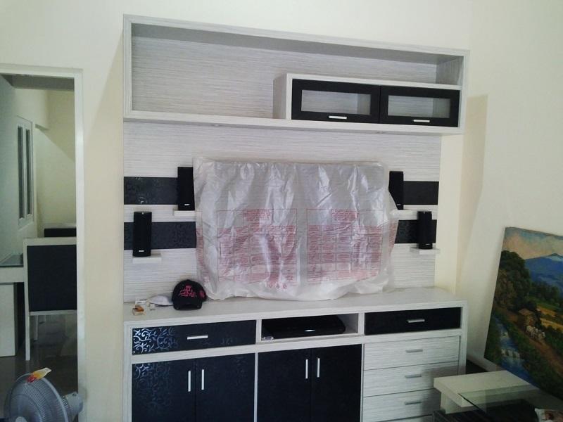 Perpaduan warna putih dan hitam interior minimalis ruang keluarga kamar tidur juga dapur dengan kitchen set yang senada dengan ruang makan dapat menjadikan ... & Interior Rumah Desain Minimalis Murah Surabaya - Desain Interior ...