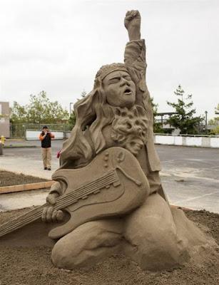 Escultura de arena de un guitarrista