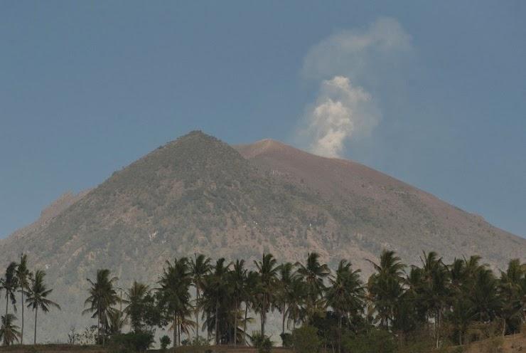 Giliran Wisatawan Asing Nekat ke Puncak Kawah Gunung Agung