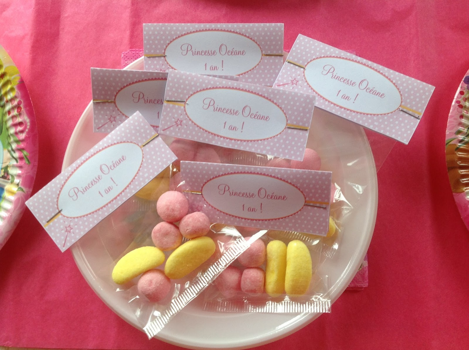 sachets de bonbons rose et jaunes