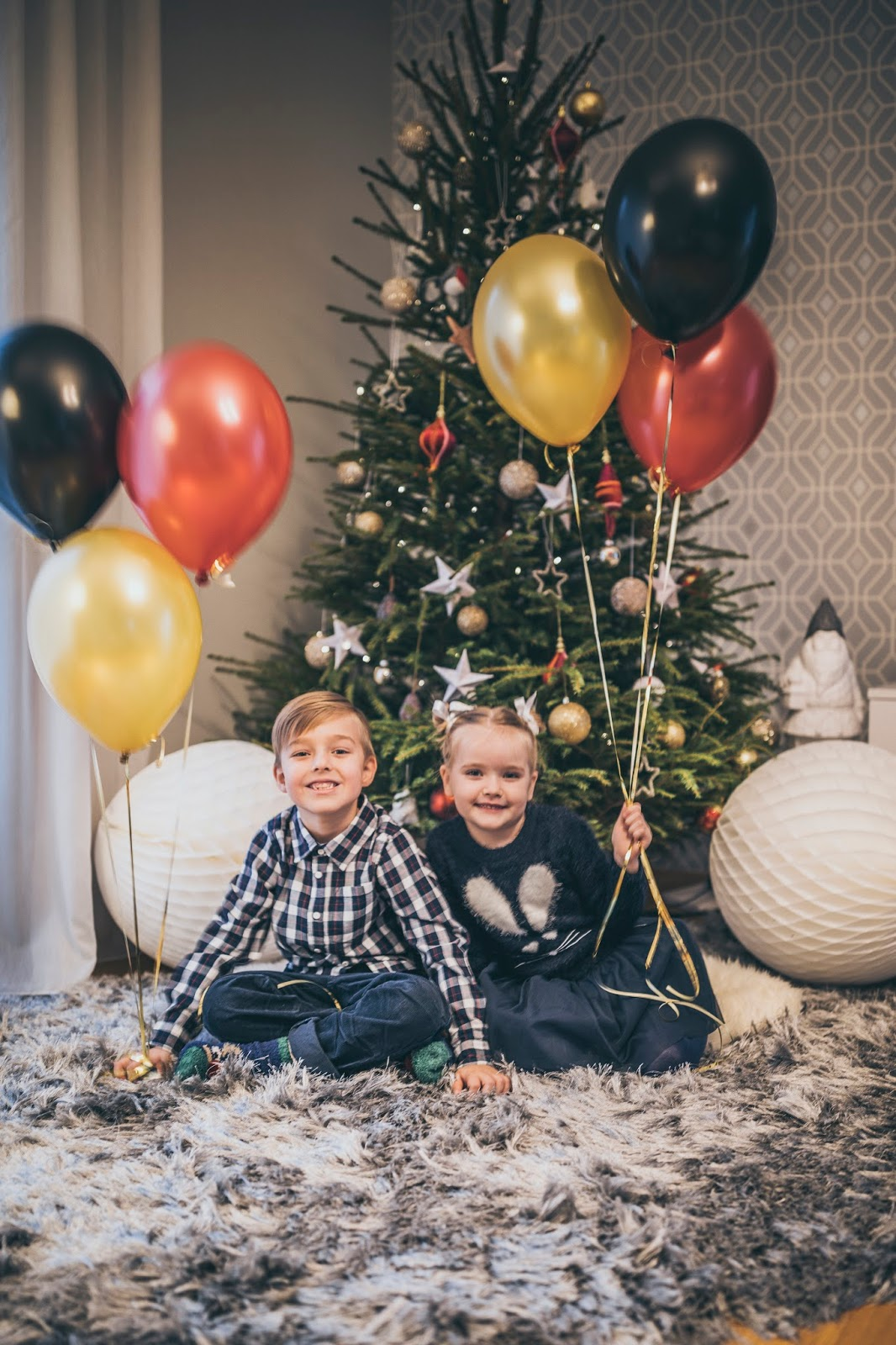 kids christmas photo tree balloons