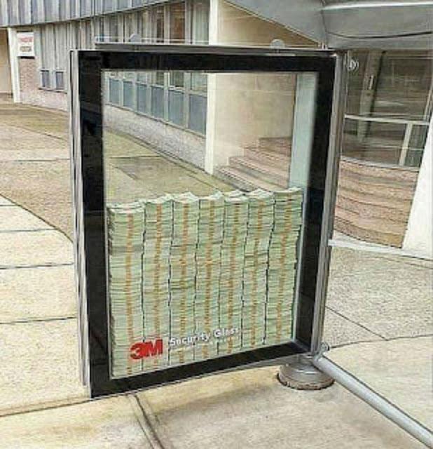 شركة امريكية تضع ثلاثة ملايين دولار في الشارع ومن يسطتيع كسر الزجاج يأخذهم !! #شاهد