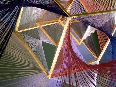 Installations en fils de laine tendus, laine, installations in situ