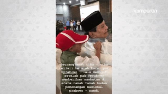 Momen Bocah Laki-laki Pijat Pundak Prabowo saat Acara Ramah Tamah