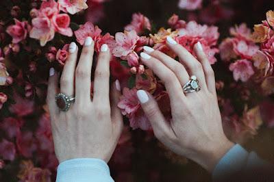 Manos con manicura en blanco y detalles de nail art