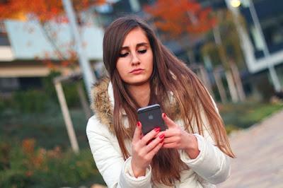 Ragazza con iPhone