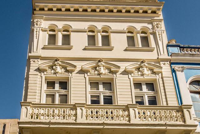 Detalhes da fachada de edifício eclético na Rua José Bonifácio, 135 em Curitiba