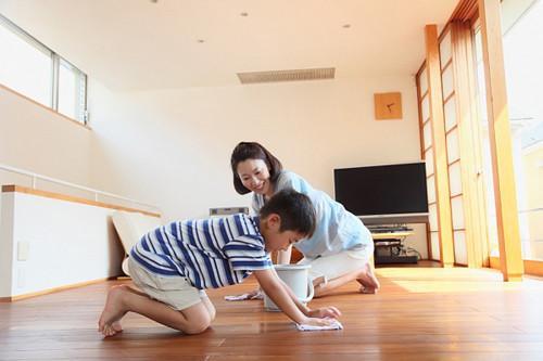 Chăm chỉ lau nhà bằng rẻ khô để hạn chế ẩm ướt